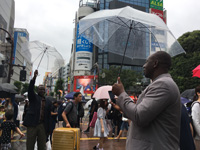 渋谷の交差点で