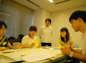 ボランティアでワークショップを担当する鐘ヶ江さん