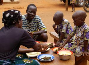 家族で食事をとる