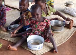 ベナンの栄養改善でおかゆを食べる子ども