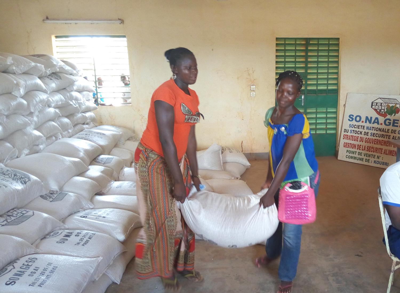 食料備蓄庫から穀物を運び出す