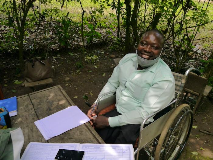 笑顔で車椅子に乗るカリャンゴさん